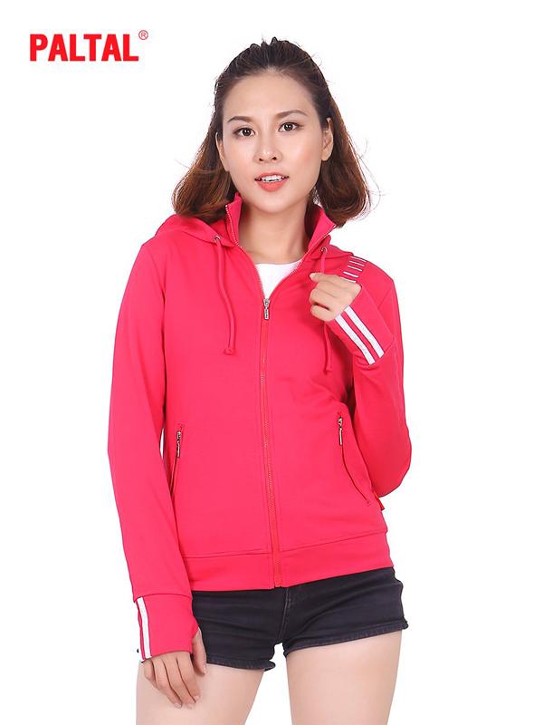 Dòng áo khoác phong cách thể thao mã số AKCN 141 9957 với màu sắc nổi bật, thiết kế khỏe khoắn dành cho bạn trẻ.