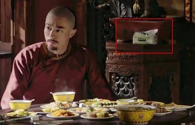Một gói khăn giấy hiện đại xuất hiện trong cảnh phim Càn Long (Hoắc Kiến Hoa) dùng cơm cùng hoàng hậu (Châu Tấn)