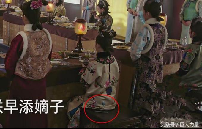 Thư quý nhân (Trần Hạo Vũ) mang theo đện thoại di động của thế kỷ 21 vào buổi tiệc của dàn phi tần cùng hoàng thượng