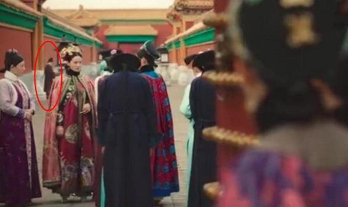 Trong một cảnh quay các phi tần thời Thanhgặp nhau trong hành lang Tử Cấm Thành, một người mặc trang phục triều Minh xuất hiện ở phía xa. Có lẽ, đây là diễn viên trong một đoàn phim khác cũng đang ghi hình tại trường quay Hoành Điếm.
