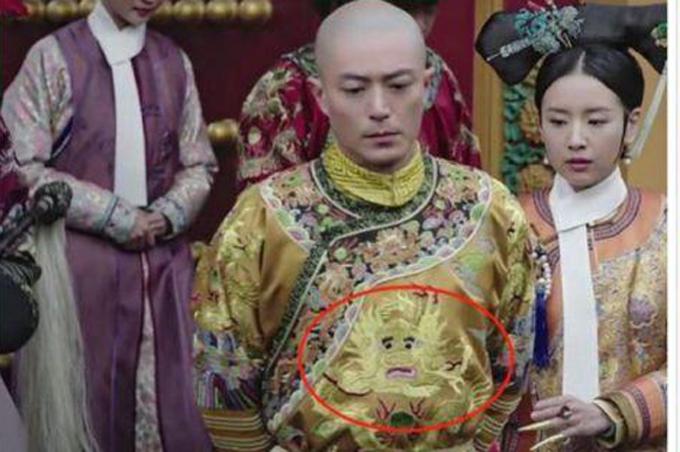 Long bào của hoàng thượng thêu hình rồng mếu máo rất hài hước và kém đẹp