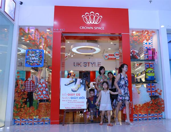 Crown Space là nhãn hiệu thời trang trẻ em nhập khẩu cao cấp với các thương hiệu quần áoHKH Shirley, giày dép trẻ em hàng hiệu của Anh CrownUK, Royale Baby.