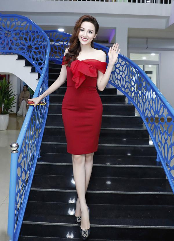 Diễm Hương vừa có chuyến đi Buôn Ma Thuột dự sự kiện theo lời mời của ca sĩ Nguyên Vũ.