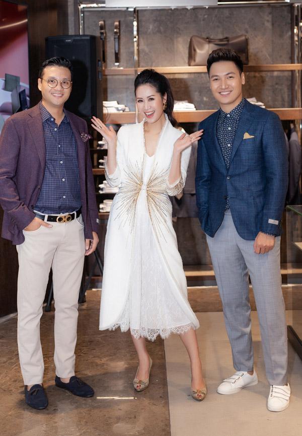 Đạo diễn Khải Anh (trái) cũng tham gia sự kiện cùng Dương Thùy Linh và Mạnh Trường.