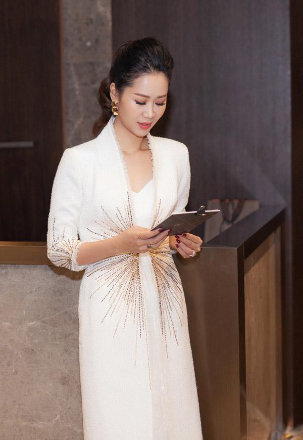 Với khả năng làm MC song ngữ,người đẹp được rất nhiều nhãn hàng quốc tế mời dẫn dắt các sự kiện.