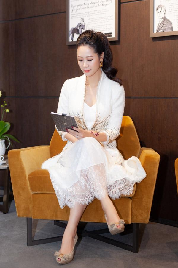 Hoa hậu Phụ nữ Thế giới 2018 đảm nhận vai trò MC trong chương trình. Gái một con diện lại bộ cánh của NTK Lê Thanh Hòa từng mặc cách đó ít ngày.