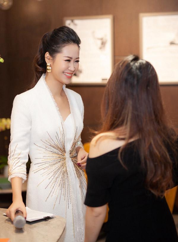 Thời gian này Dương Thùy Linh khá bận rộn với lịch làm việc dày đặc. Tuy nhiên cô vẫn luôn ưu tiên dành thời gian cho gia đình, đặc biệt là chăm sóc con trai. Vợ chồng cô cũng mới tậu căn biệt thự ở ngoại thành Hà Nội.