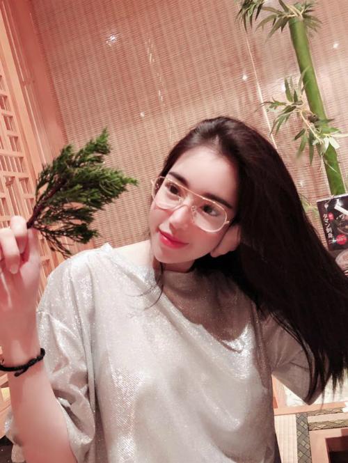 Elly Trần đẹp dịu dàng với mái tóc đen dài.