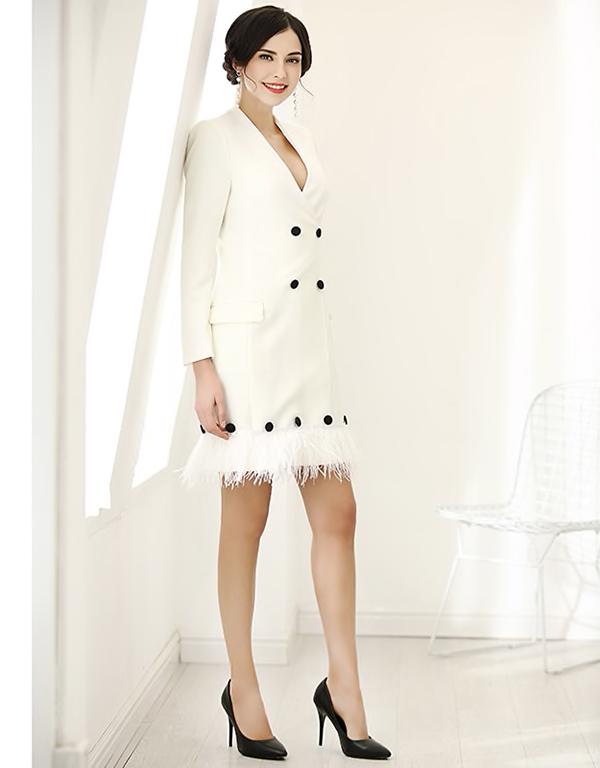 Những chất liệu vải tweed, lông vũ, dạ cũng được sử dụng để mang tới bộ cánh hợp mốt thu đông cho phái đẹp.