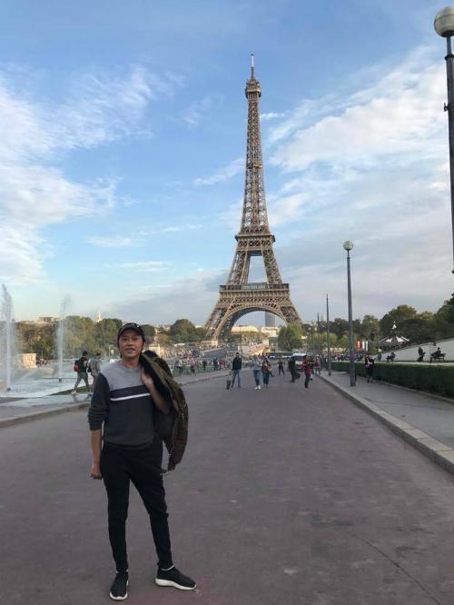 Hoài Linh chụp ảnh dưới chân tháp Eiffel. Nghệ sĩ hài chia sẻ: Paris có gì lạ không ta?Mùa này qua tưởng lạnh rồi, ai dè khí hậu đẹp tuyệt.