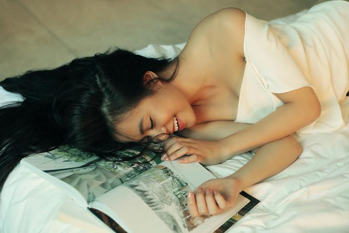 Nữ ca sĩ có sở thích đọc sách, tưới cây và chăm sóc chú mèo cưng khi ở nhà. Cô khá kín tiếng về chuyện tình cảm.