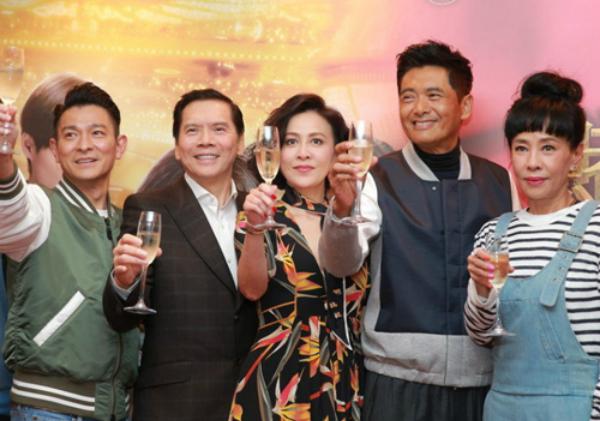 Hướng Hoa Cường cùng Lưu Đức Hoa, Lưu Gia Linh, vợ chồng Châu Nhuận Phát tại một sự kiện.