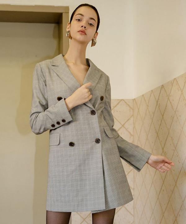 Váy cổ vest với thiết kế cao qua gối giúp đôi chân của phái đẹp trở nên dài hơn. Đồng thời mẫu trang phục này còn tô đậm nét sexy nhưng không kém phần thanh nhã.