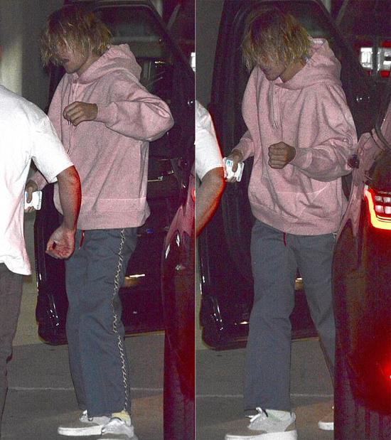 Justin bước ra xe với tâm trạng thất thần. Mái tóc dài rủ xuống che kín mặt nhưng nam ca sĩ không màng vén lên. Các paparazzi cho rằng giọng ca Baby đang lo lắng, sầu muộn về bệnh tình của bạn gái cũ. Justin và Selena chỉ mới chia tay hồi tháng 3 năm nay sau vài tháng tái hợp.