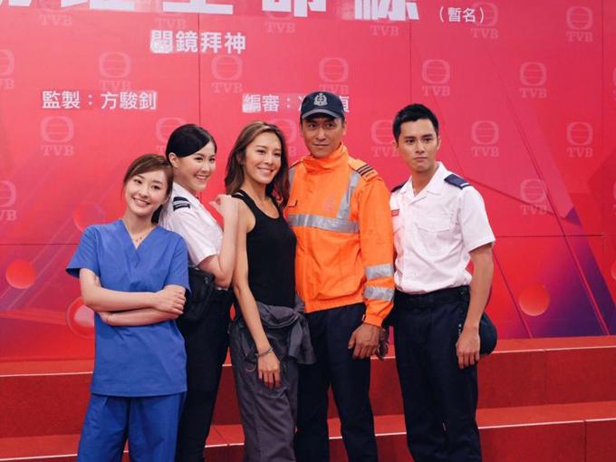 Mã Đức Chung mặc trang phục cứu hộ, chụp chung với dàn diễn viên trẻ của phim Đội cứu hộ sinh tử. Ảnh: TVB