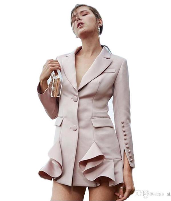 Váy cổ vest được biến hoá ấn tượng với cách sắp xết hàng cúc chạy dọc thân váy, chân váy bèo nhún, xếp ly.