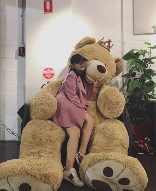 Phạm Quỳnh Anh nhí nhảnh pose hình bên gấu bông khổng lồ.