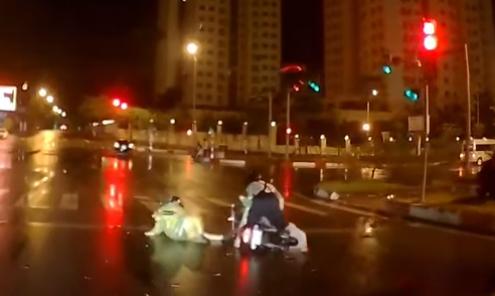 Hai cô gái say rượu liên tục ngã giữa phố Hà Nội
