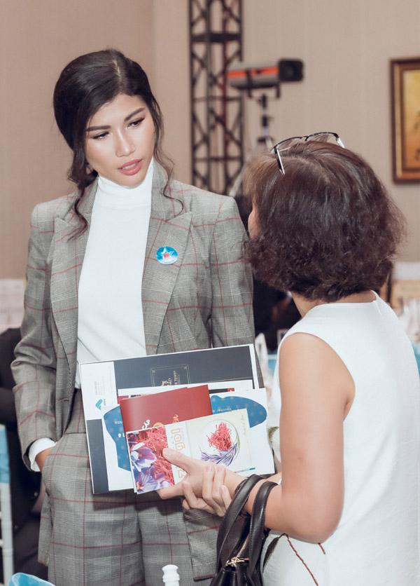 Trong sự kiện, Trang Lạ giao lưu với nhiều vị khách để trao đổi về công việc kinh doanh.