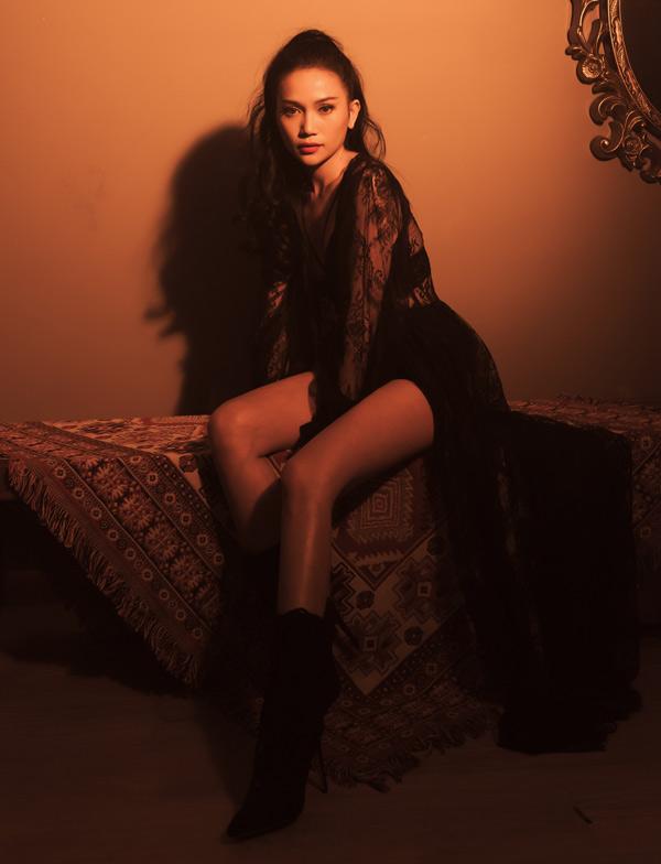 Sĩ Thanh được khán giả biết đến qua nhiều vai trò như ca sĩ, MC và diễn viên. Nhiều năm qua cô theo đuổi dòng nhạc ballad, xoay quanh những câu chuyện buồn.