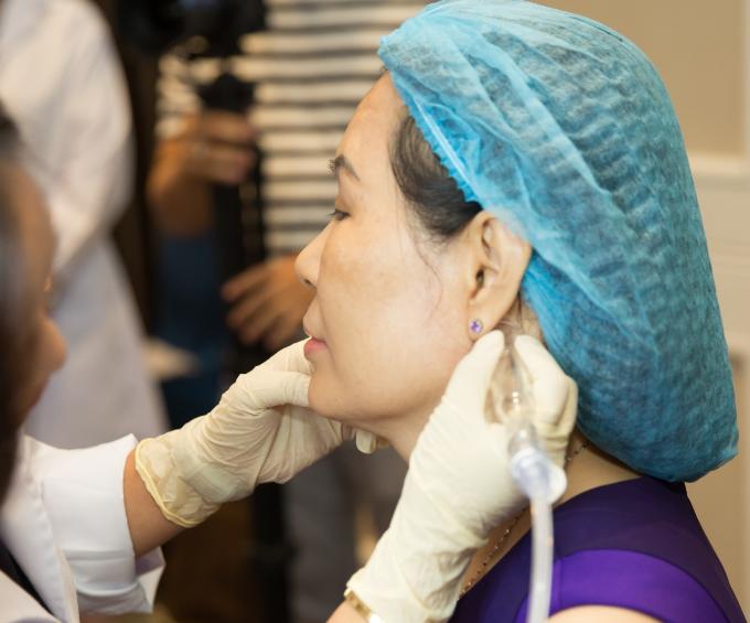 Khách hàng trải nghiệm matxa dẫn lưu hệ bạch huyết mặt cổ. Ông Jeff Nardoci còn tiết lộ những ưu điểm đặc biệt mà chỉ liệu trình làm đẹp da mặt HydraFacial có được như mát xa hệ bạch huyết, kết hợp đèn LED để tối đa hiệu quả điều trị. Da khi có đốm sần đôi khi là do chưa được detox thải độc bị đọng lại dưới da. Matxa dẫn lưu hệ bạch huyết giúp thải độc từ bên trong và làm đẹp da vùng mặt và cổ, bên cạnh đó còn có thể xử lý ở vùng bụng, đùi, lưng. Ngoài ra hệ thống còn có đèn LED xanh và đỏ. Chiếu đèn LED đỏ trên da giúp tăng sinh collagen, đẩy mạnh quá trình tái tạo da, làm mờ nếp nhăn. Đèn LED xanh giúp diệt khuẩn trên da, hỗ trợ điều trị mụn.