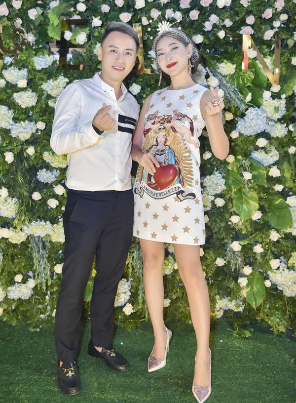 Người mẫu Diệp Linh Châu trông lạ lẫm với phong cách hiện đại pha cổ điển. Cô ủng hộ Văn Thành Công mở showroom đầu tiên, sau 18 năm theo nghề thiết kế thời trang. Anh chuyên thực hiệnáo dài cưới, váy dạ hội bằng các chất liệu cao cấp, hiếm có ở Việt Nam.