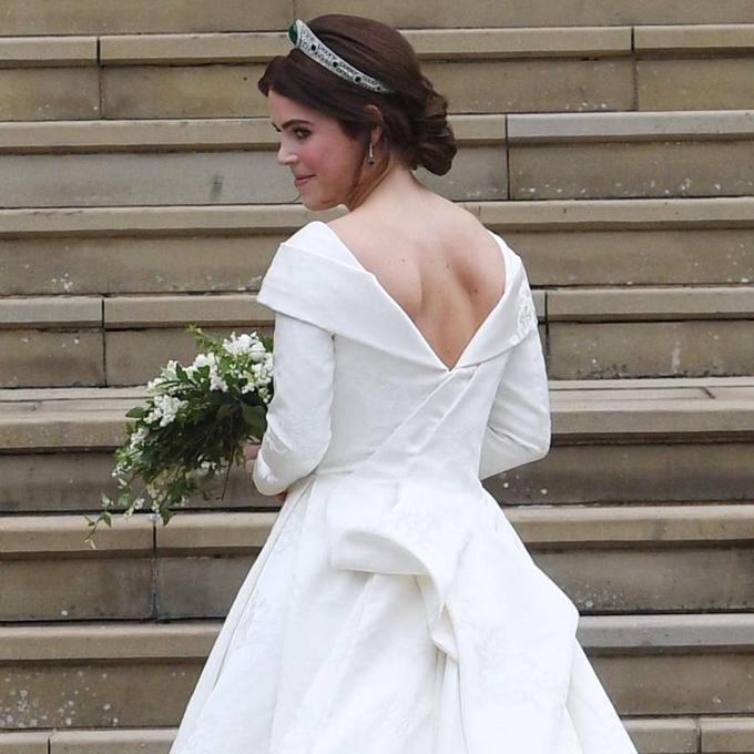Vết sẹo của công chúa dài và cực mảnh, nằm dọc đốt sống cổ của cô.
