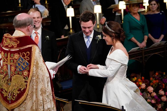 Khoảng khắc uyên ương trao nhẫn được ghi lại tại nhà nguyện St. George, nơi đám cưới của Hoàng tử Harry diễn ra hồi tháng 5.