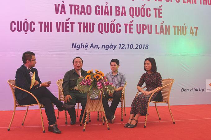 Nhà thơ Trần Đăng Khoa (thứ hai bên trái sang) tại buổi lễ. Ảnh: Anh Thư.