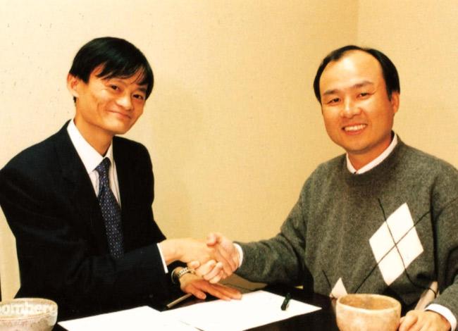 Jack Ma và Masayoshi Son ký hợp tác đầu tư vào năm 2000. Ảnh: Bloomberg.
