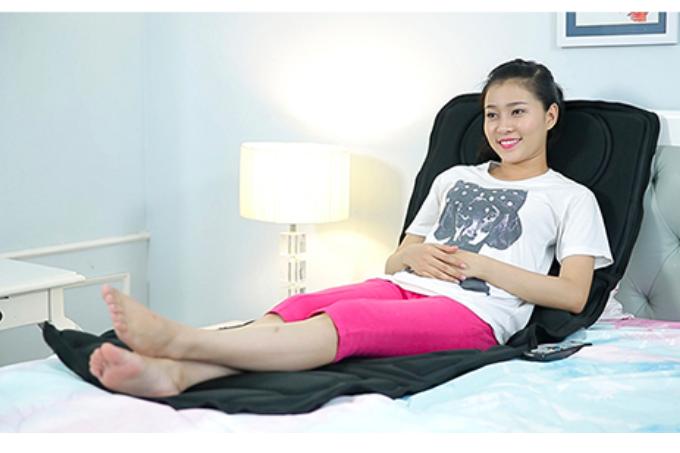 Nệm được thiết kế với nút nhiệt có khả năng phát ra tia hồng ngoại giúp cho việc massage được sâu và tốt. Đặc biệt nệm có với khả năng tự động ngắt sau 15 phút hoạt động nên an toàn khi dùng. Chất liệu nệm mềm và mát, cho bạn cảm giác thật sự thoải mái và thư giãn.