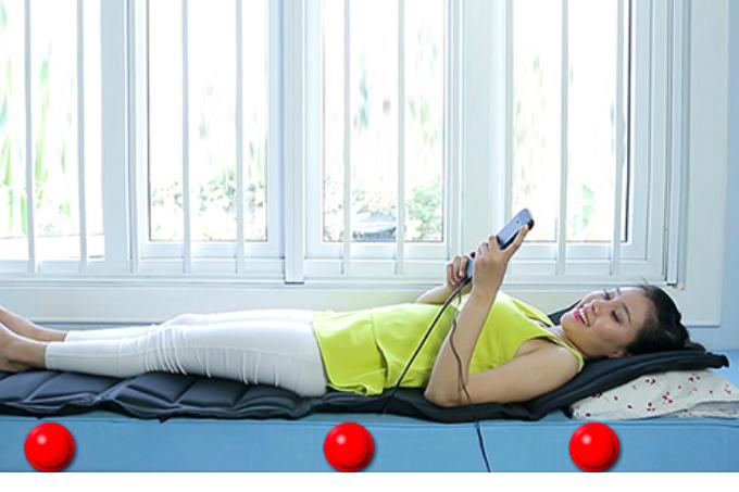 Bạn có thể dùng sản phẩm này trực tiếp trên nền nhà thay cho một tấm nệm, hoặc đặt trên ghế sofa có thể vừa nằm massage thư giãn vừa xem tivi. Ngoài ra, bạn có thể mang nệm đặt trên ghế làm việc để hỗ trợ masage những khi căng thẳng mệt mỏi.