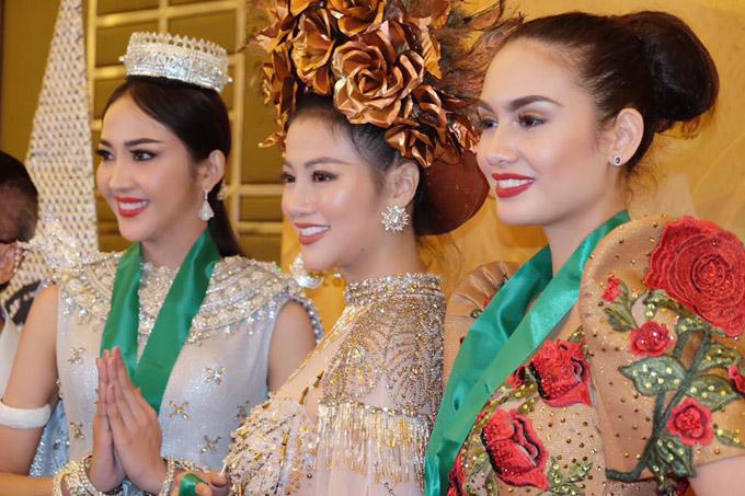 Phương Khánh đoạt huy chương vàng ở phần thiTrang phục dân tộc tại khu vực châu Á và châu Đại Dương tại Miss Earth 2018.
