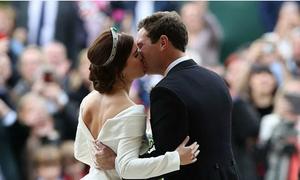 Công chúa Anh Eugenie mặc váy cưới khoe sẹo ở lưng