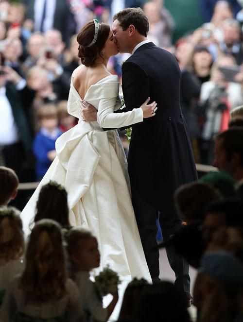 Trưa 12/10, Công chúa Eugenie, con gái Hoàng tử Andrew và là cháu gái Nữ hoàng Elizabeth II, hạnh phúc kết hôn với bạn trai lâu năm JacK Brooksbank tại nhà nguyện St George ở Lâu đài Windsor, nước Anh. Sau khi kết thúc các nghi thức kết hôn trong nhà nguyện, cặp vợ chồng hoàng gia bước ra cửa và trao nhau nụ hôn ngọt ngào trước sự chứng kiến của các khách mời và dân chúng.
