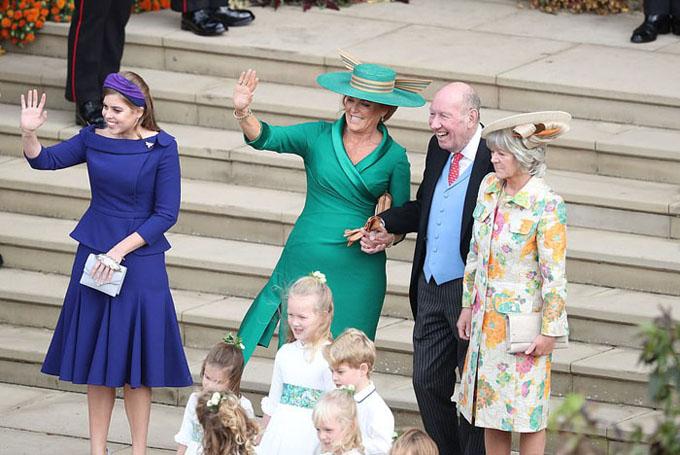 Mẹ công chúa Eugenie, Nữ Công tước xứ York Sarah Ferguson (váy xanh lá) và con gái lớn là Công chúa Beatrice (trái) chào người dân sau khi hôn lễ kết thúc tốt đẹp.