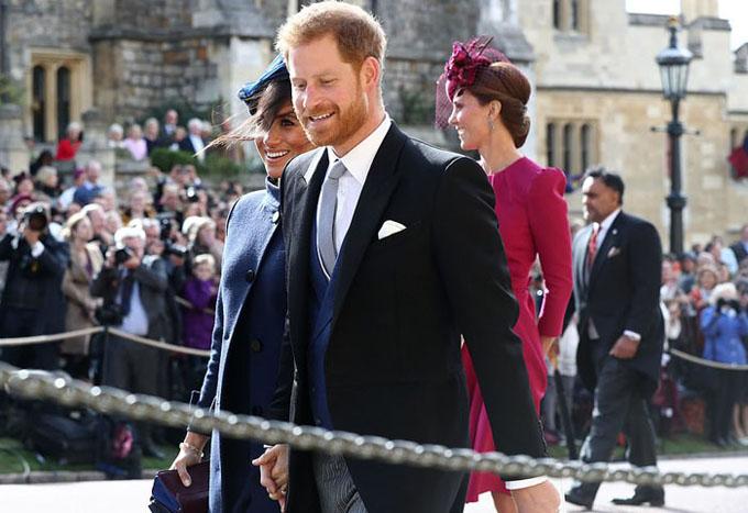 Vợ chồng Hoàng tử Harry nắm chặt tay nhau rời nhà nguyện, nơi họ nói lời thề nguyện vài tháng trước.