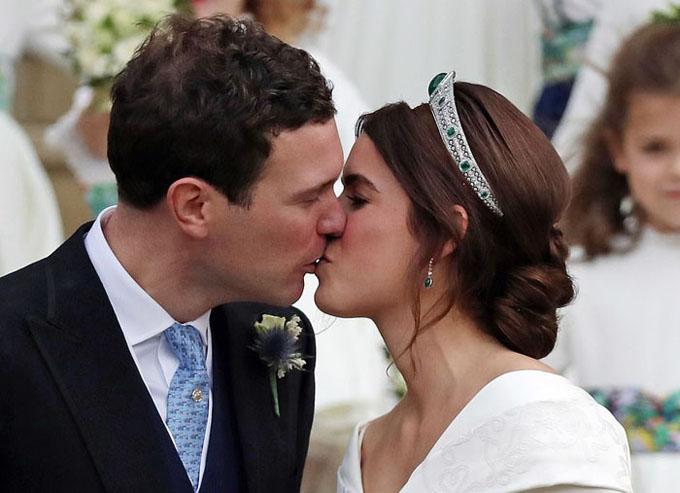 Cô dâu chú rể hạnh phúc trở thành vợ chồng sau nhiều năm yêu nhau.