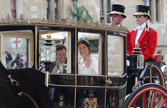 Cô dâu, chú rể được xe ngựa chở đi quanh thị trấn Windsor.