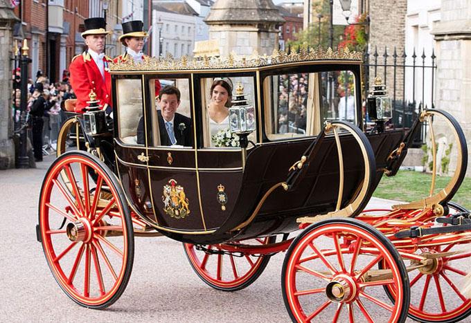 Khác với đám cưới của Harry - Meghan, đám cưới của Công chúa Eugenie sẽ chỉ có một cỗ xe ngựa. Các thành viên khác còn lại của hoàng gia không ngồi xe ngựa đi sau cô dâu, chú rể.