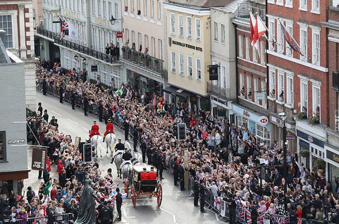 Rất đông người hâm mộ đổ ra hai bên đường để ngắm nhìn vợ chồng công chúa Eugen
