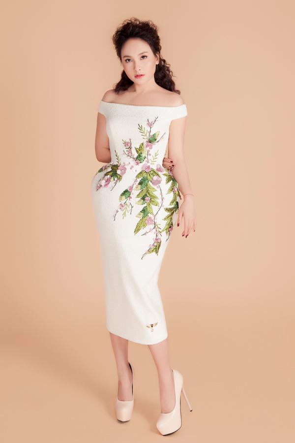 Bộ sưu tập đầm dạ hội của Vũ Thu Phương sử dụng sắc trắng, xám, hồng làm chủ đạo. Trên nền chất liệu trơn màu, kỹ thuật đính kết được phô diễn triệt để, tạo nên điểm nhấn ấn tượng.