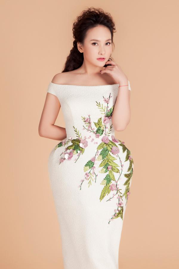 Form váy phồng hông lấy cảm hứng từ trang phục thập niên 1960 là một trong những xu hướng được nhiều nhà mốt Việt yêu thích. Kiểu dáng trễ vai kết hợp hài hòa cùng họa tiết nền nã, khắc họa hình ảnh quý cô kiêu kỳ.