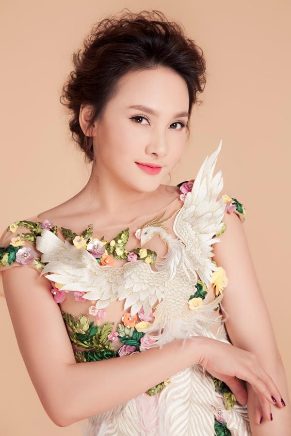 Họa tiết 3D hình chim phụng và hoa lá được phủ khéo léo trên vải xuyên thấu, tạo cảm giác nửa kín nửa hở, giúp gái một con thêm nổi bật.