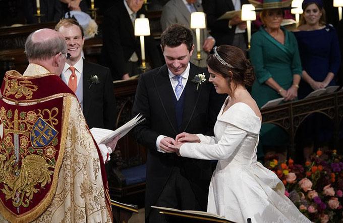 Trước đó, trong nhà thờ, Công chúa Eugenie và chồng Jack Brooksbank cùng độc lời thề nguyện và trao nhẫn cho nhau trước sự chứng kiến của 850 khách mời.