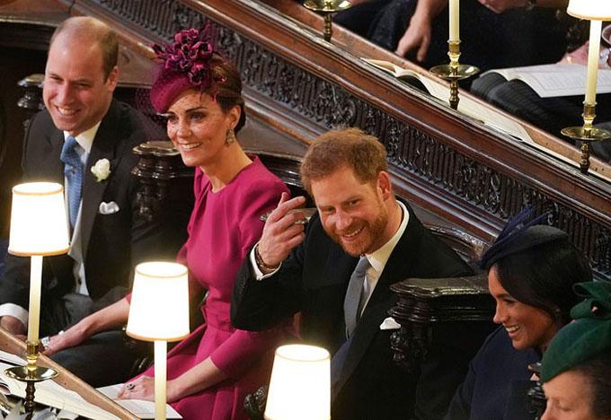 Hai cặp vợ chồng hoàng gia Harry - Meghan và William - Kate ngồi cạnh nhau trong nhà thờ.