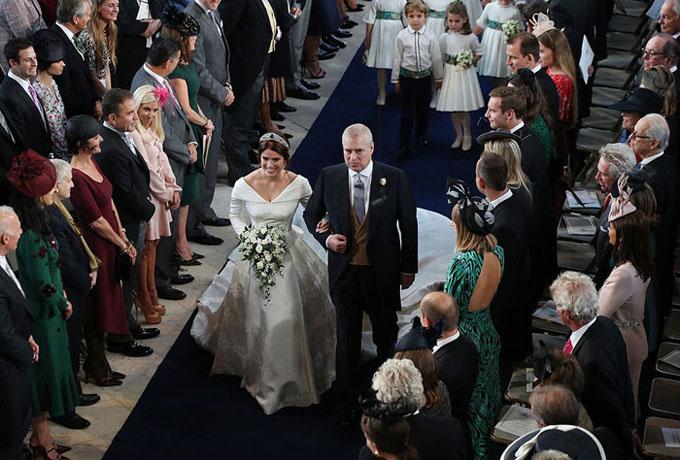 Cô dâu Eugenie cười không ngớt khi được bố, Hoàng tử Andrew, dắt tay vào lễ đường để trao cho chú rể.