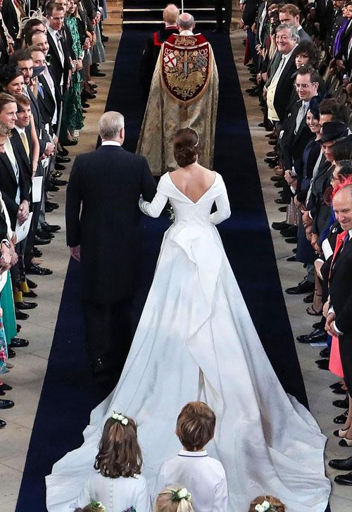 Phần cổ khoét sâu phía sau trên váy cưới của Eugenie là ý tưởng của chính cô, làm lộ vết sẹo trên lưng mà cô từng phẫu thuật vào năm 12 tuổi.