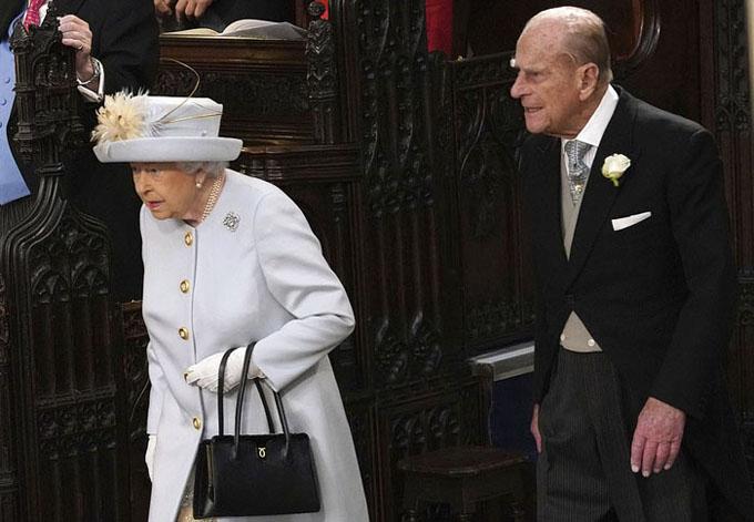 Nữ hoàng Elizabeth II và chồng, Hoàng thân Philip, dù lớn tuổi nhưng vẫn không vắng mặt trong ngày trọng đại của cuộc đời cháu gái.