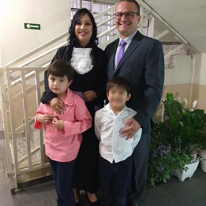Benjamin (áo trắng) cùng bố mẹ và anh trai. Ảnh: FocusOn News.